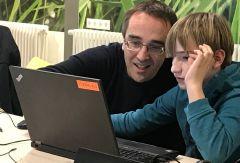 ... ein Vater programmier mit seinem Sohn ... und läßt die Codes tanzen :-)