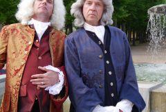 """Foto von Jörg Schade als J.S. Bach und Carl-Herbert Braun als G. F.  Händel © Merle Espenhain, zu dem Musiktheaterstück """"Krach mit Bach"""", 29.  und 30. Oktober"""